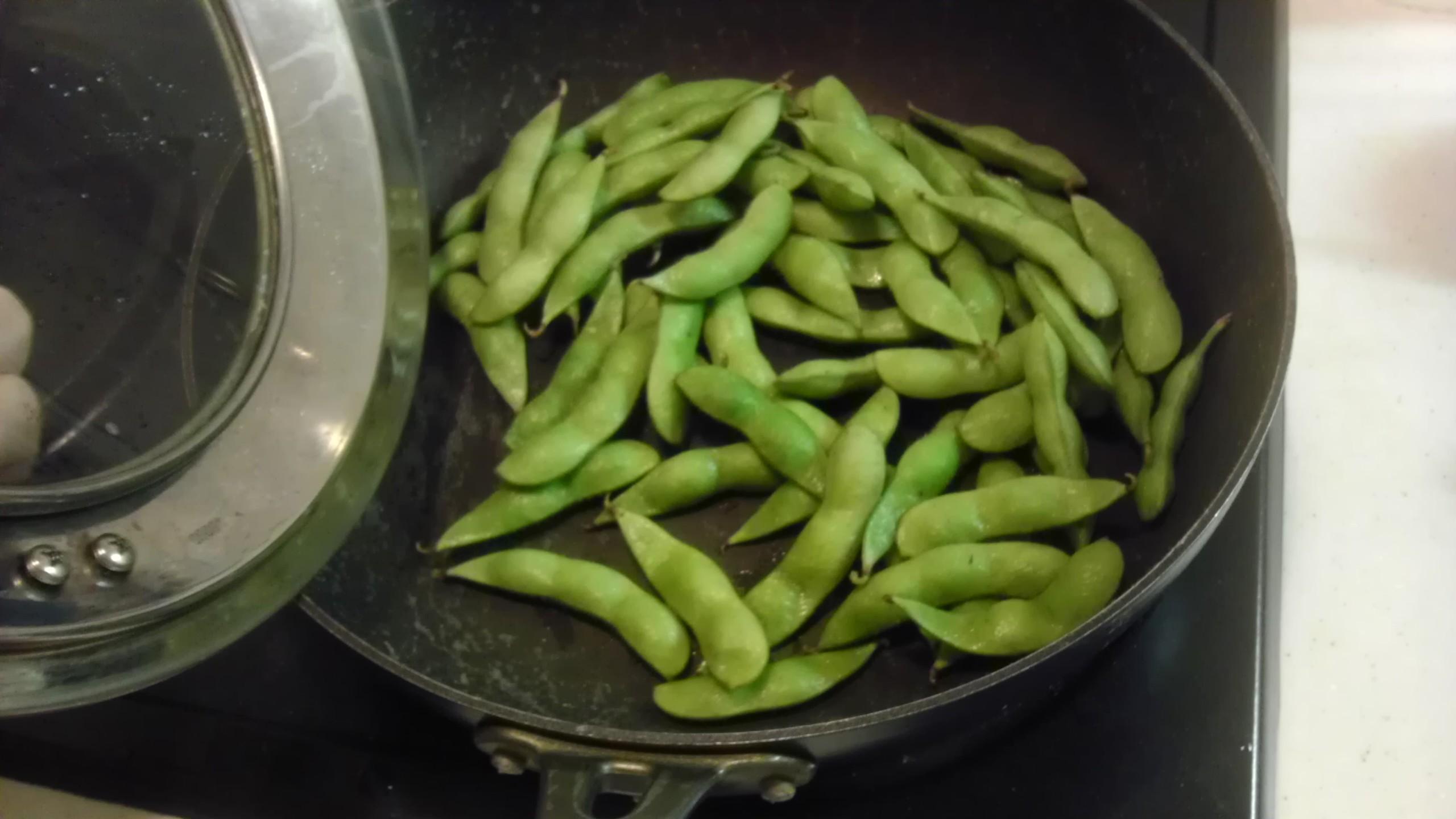 フライパンで蒸し枝豆